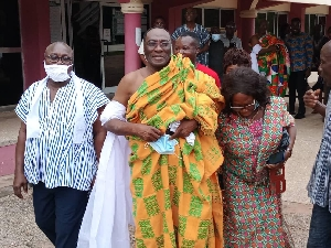 Togbe Tepre Hodo IV (in yellow Kente)